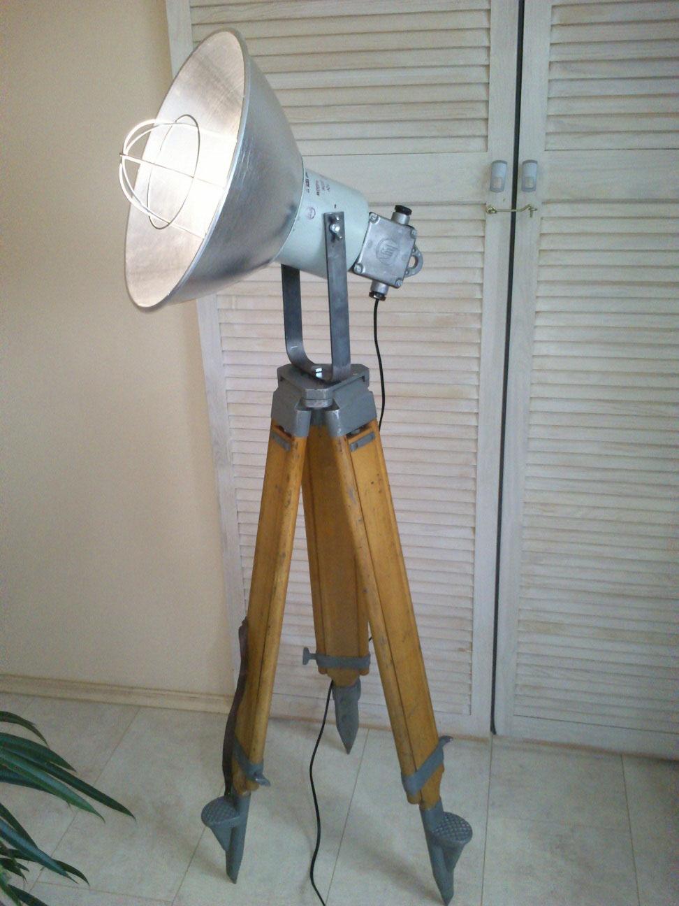 Houten statief lamp -VERKOCHT-industriele statieflamp no 26C ...
