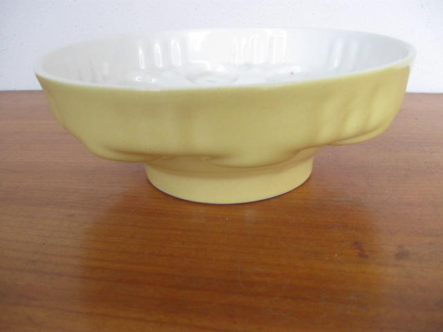 Puddingvorm porselein pastel geel jaren 60 met bloemmotief.