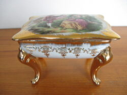 Barok porselein sieraden-ringen doosje. Wit porselein met goudversiering en schildering op deksel. Gaaf.