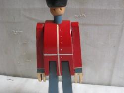 Kay Bojesen design speelgoed, houten soldaat. Bespeeld maar niet kapot of gescheurd.