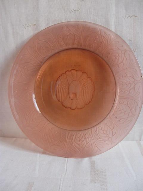 Art deco persglas schaal roze met gestileerde kop van een leeuw/poes. Goede gave staat.