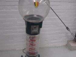 Vintage kauwgombal automaat, elektrisch. Van de Belgische voetbalbond, De Rode Duivels. In gebruikte staat, maar heel. Materiaal is plastic.