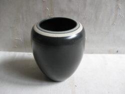 Mobach keramiek Utrecht vaas. Goede gave staat. Zwart glazuur. Hoogte 17 cm, diameter 9. Gesigneerd.