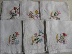 Vintage servetten katoen met geborduurde bloemen erop. Jaren 40-50.