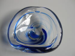 Max Verboeket asbak glas met blauwe slingers. Kristalunie Maastricht.