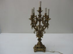 Antieke koperen lamp op voet