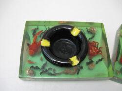 Vintage plastic geperst met zeebeesten en keramiek asbak