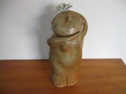Art pottery beeld vrouw met porselein bloem klei