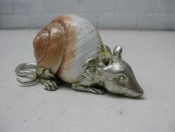 Muis verzilverd tin met slakkenhuis.
