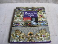 Pracht en Praal van de Paus Schatten uit het Veticaan, gebonden hardcover met stofomslag. Uitgave 2003 door Museum Catharijeconvent in Utrecht. ISBN 9076588600.
