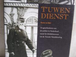 T'uwen dienst, Frank van Riet. Boek over de geschiedenis van de politie in Nederland van de Middeleeuwen tot de Tweede Wereldoorlog. Meer dan 160 blz. ISBN 90 55940372. Hardcover met stofomslag. Conditie goed.