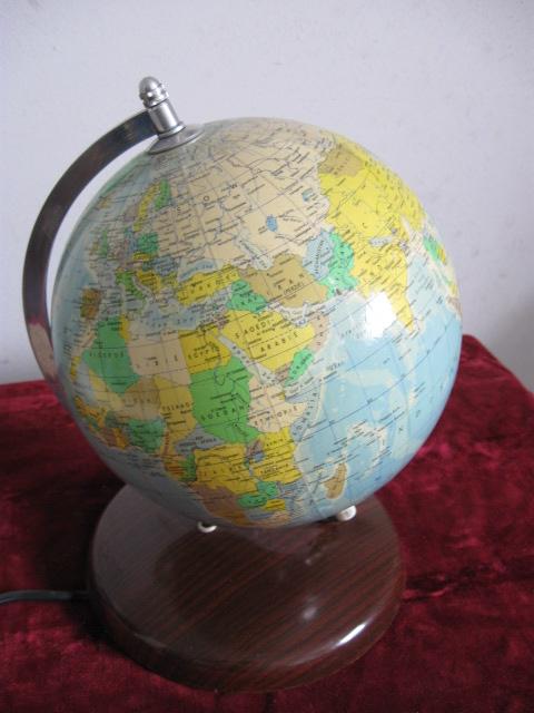 Räth staatkundige globe 1984 verlicht, op voet. Goede gebruikte staat.