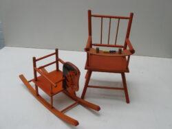 Vintage speelgoed houten hobbelpaard en stoeltje voor pop of beer