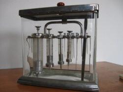 Antiek medische instrumentarium spuitjes in glazen kastje